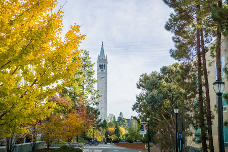 November 19, 2017 Berkeley/CA/USA - Autumn colored trees in the UC Berkeley campus; Sather Tower (Campanile) in the background Banco de Imagens