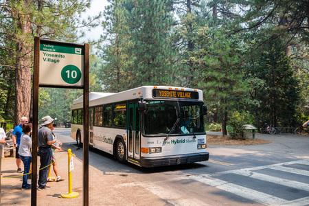 17 de julio de 2018 Yosemite Valley / CA / USA - Bus trasladar a los turistas entre varios puntos de interés ubicados en el Parque Nacional Yosemite