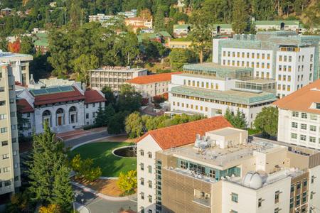 19 de noviembre de 2017 Berkeley / CA / USA - Vista aérea del Departamento de Astronomía, Stanley Hall y Hearst Mining Circle en el campus de UC Berkeley, área de la bahía de San Francisco, California Editorial