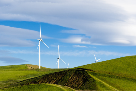 Wind turbines on the hills of east San Francisco bay area, Altamont Pass, Livermore, California 免版税图像