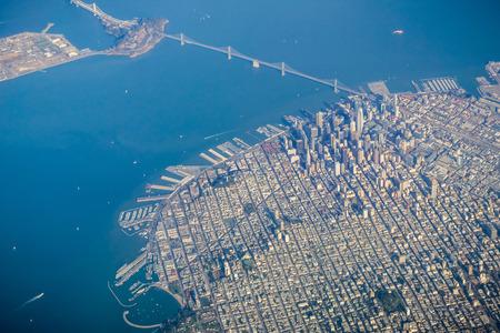 Le quartier financier de San Francisco et le Bay Bridge vus d'un avion par temps clair et ensoleillé