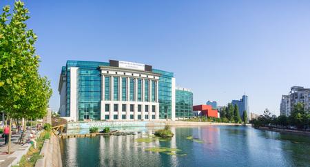 18. September 2017 Bukarest/Rumänien - Die moderne Nationalbibliothek Rumäniens am Ufer des Flusses Dambovita an einem sonnigen, klaren Tag Editorial