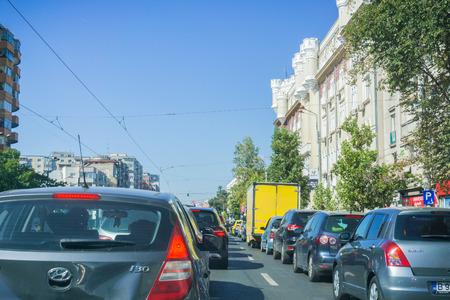 16 de septiembre de 2017 Bucarest / Rumania - tráfico intenso en una de las calles del centro de la ciudad