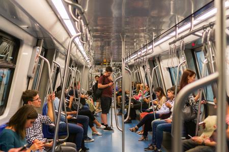 13. September 2017 Bukarest, Rumänien - Menschen fahren in der U-Bahn Editorial