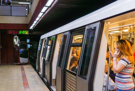 18 de septiembre de 2017 Bucarest / Rumania - Metro a punto de partir de la estación Piata Victoriei Editorial