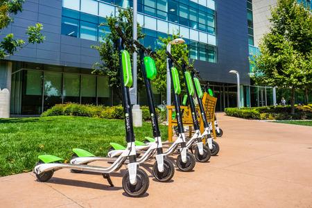 9 agosto 2018 Mountain View / CA / USA - Lime Scooter allineati al LimeHub nel campus Samsung nella Silicon Valley, area della baia di San Francisco sud