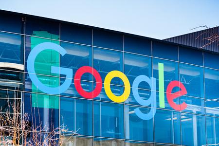7 de marzo de 2018 Mountain View / CA / EE. UU. - Logotipo de Google en uno de los edificios situados en Googleplex, el campus principal de la empresa Editorial