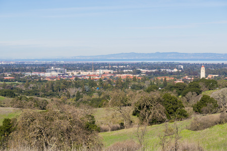 View towards Stanford campus and Hoover tower, Palo Alto and Silicon Valley from the Stanford dish hills, California Imagens