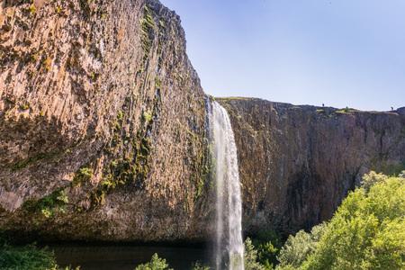 Cascada fantasma cayendo sobre paredes verticales de basalto, Reserva Ecológica North Table Mountain, Oroville, California Foto de archivo