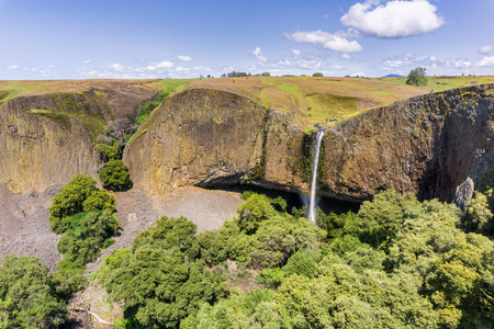 Phantom Waterfall dropping off over vertical basalt walls, North Table Mountain Ecological Reserve, Oroville, California Foto de archivo