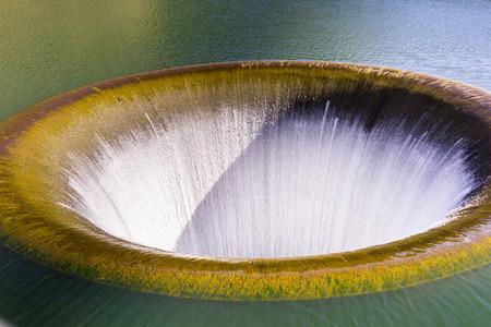 Le déversoir Glory Hole au barrage de Monticello fonctionne à nouveau au printemps 2017 après une saison avec d'énormes précipitations, le lac Berryessa, Napa Valley, Californie