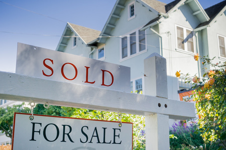 Schild vor einem Haus in einer Wohngegend, Kalifornien verkauft Editorial