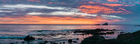 Dramatic sunset on the Pacific Ocean coastline near San Simeon, California Banco de Imagens