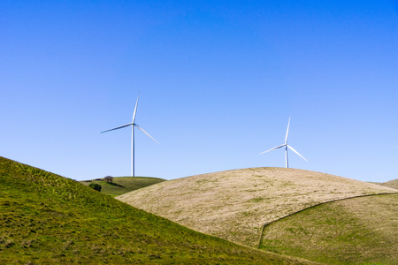 Wind turbines on the top of green hills in east San Francisco bay area on a clear, sunny day, Contra Costa county, California Banco de Imagens