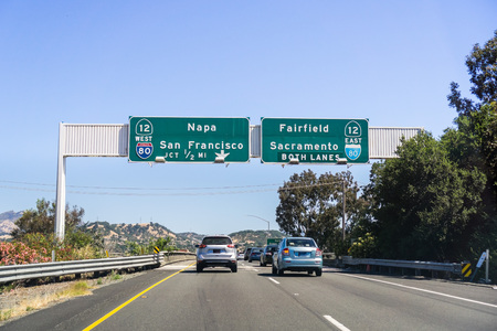 Driving on I80 in east San Francisco bay area towards Sacramento 免版税图像
