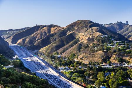 Aerial view of highway 405 with heavy traffic; the hills of Bel Air neighborhood in the background; Los Angeles, California Zdjęcie Seryjne