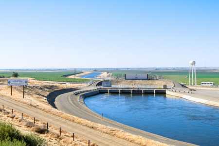 """De pompinstallatie """"Dos Amigos"""" stuwt water de heuvel op van het San Luis-kanaal, onderdeel van het California Aquaduct-systeem; Los Banos, centraal Californië Stockfoto"""