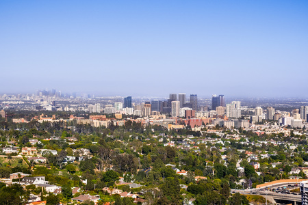 Aerial view towards the skyline of Century City commercial district; the downtown area skyscrapers visible in the background; residential neighborhoods in the foreground; Los Angeles, California Banco de Imagens