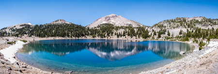 Surrounding mountains reflected in the calm waters of Lake Helen, Lassen Volcanic National Park, Northern California Banco de Imagens