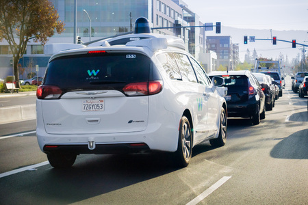 9 de diciembre de 2017 Mountain View / CA / EE. UU. - El automóvil autónomo Waymo se detuvo en un semáforo, Silicon Valley, San Francisco Bay