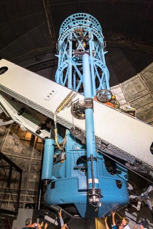 9. Juni 2018 Mt Wilson/CA/USA - Gruppe von Besuchern mit einer Nahaufnahme des historischen Hooker 100-Zoll-Teleskops, Mt Wilson Observatory Complex, Los Angeles County, Kalifornien