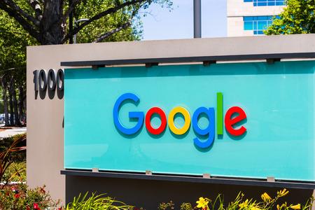 3 de mayo de 2018 Sunnyvale / CA / USA - Signo de Google frente a la entrada de uno de sus edificios de oficinas ubicados en Silicon Valley Editorial