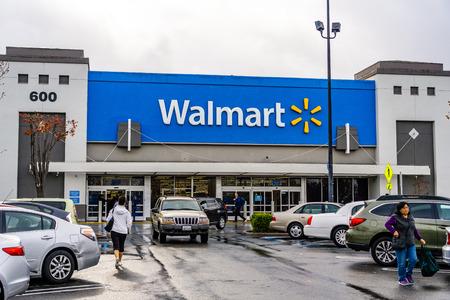 9 de enero de 2019 Mountain View / CA / USA - Entrada de la tienda Walmart, área sur de la bahía de San Francisco