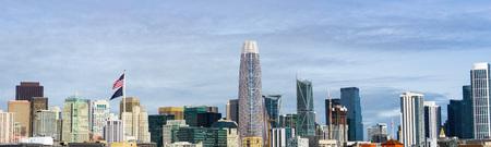 De skyline van het centrum van San Francisco met oude gebouwen aan de linkerkant, versus nieuwe aan de rechterkant