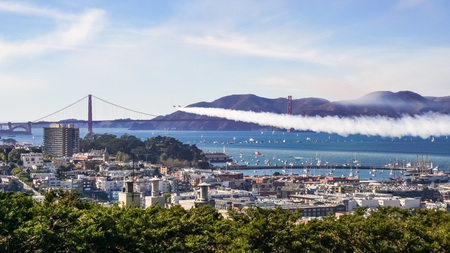 Fighter Airplanes flying over Golden Gate as seen from the top of Telegraph Hill, San Francisco Banque d'images
