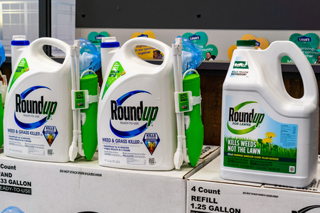 April 25, 2019 Sunnyvale  CA  USA -  RoundUp weed killer on a store shelf; Bayer purchased Monsanto in 2018 and since then there have been more than 10,000 lawsuits filed against its subsidiary Redakční