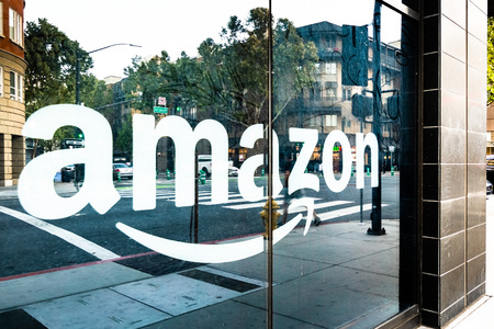 May 12, 2019 San Jose / CA / USA - Amazon sign on the window of the Amazon Hub Locker in the downtown area, Silicon Valley Reklamní fotografie - 122971615