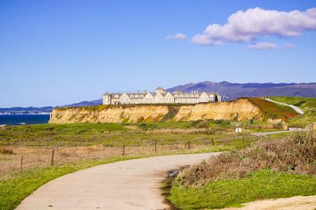 January 5, 2017 Half Moon Bay  CA  USA - The Ritz Carlton Hotel on the Pacific Ocean Coastline and the public Coastal Trail Redakční