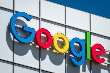19 de julio de 2019 Sunnyvale / CA / EE. UU .: el logotipo de Google se muestra en uno de sus edificios de oficinas en Silicon Valley; Área de la bahía sur de San Francisco