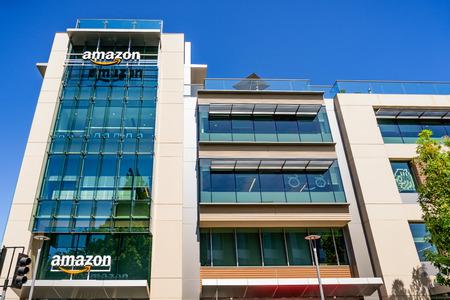 26 de julio de 2019 Palo Alto / CA / EE. UU. - Uno de los edificios de oficinas de Amazon ubicado en Silicon Valley, área de la bahía de San Francisco