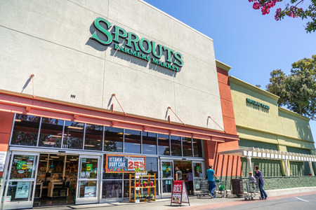 July 31, 2019 Sunnyvale / CA / USA - Entrance to one of the Sprouts Farmer's Market supermarkets located in South San Francisco bay area Banco de Imagens - 128079082