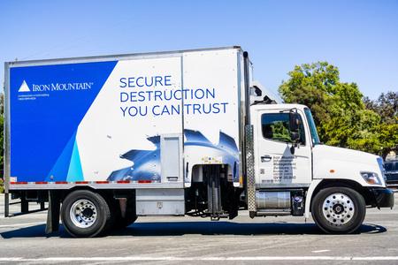 12 juillet 2019 Santa Clara / CA / USA - Iron Mountain véhicule roulant dans une rue ; Iron Mountain Inc. est une société américaine qui fournit la gestion des dossiers et la destruction, la sauvegarde et la récupération des données