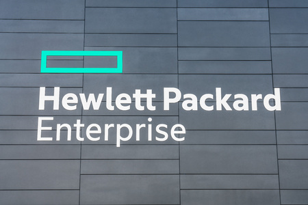 August 5, 2019 Palo Alto / CA / USA - Hewlett Packard Enterprise (HPE) logo displayed at the corporate HQ located in Silicon Valley; HPE is an American multinational enterprise information technology 免版税图像 - 128407179