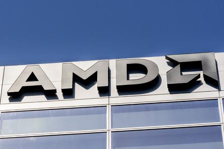 30 juillet 2019 Santa Clara / CA / USA - Logo AMD affiché sur la façade de leurs bureaux situés dans la Silicon Valley, au sud de la baie de San Francisco Éditoriale