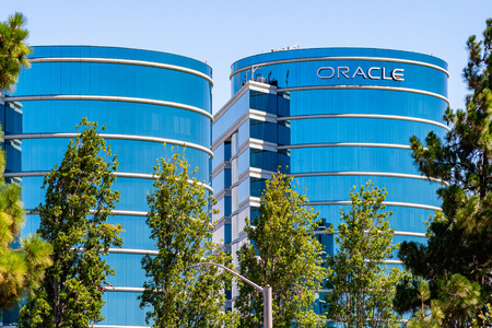 August 1, 2019 Redwood City / CA / USA -  Oracle corporate headquarters in Silicon Valley; Oracle Corporation is a multinational computer technology company specializing in database management systems Standard-Bild - 128407198