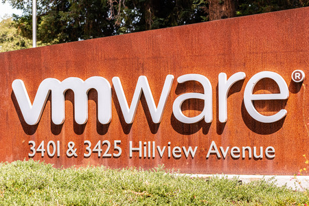 August 5, 2019 Palo Alto / CA / USA - Sign located at the entrance to VMware offices located in Silicon Valley; VMware provides cloud computing and platform virtualization software and services Banco de Imagens - 128407206