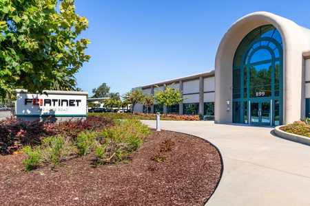 July 31, 2019 Sunnyvale / CA / USA - Fortinet headquarters in Silicon Valley; Fortinet, Inc. is an American company that develops and markets cybersecurity software and services Foto de archivo - 128407221