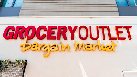 August 8, 2019 Palo Alto / CA / USA - Sign displayed a Grocery Outlet bargain market located in San Francisco bay area Standard-Bild - 128407227