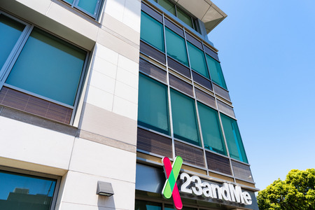 August 8, 2019 Mountain View / CA / USA - 23andme headquarters in Silicon Valley; Based on a saliva sample, 23andMe provides reports about the customer's health, traits and ancestry Foto de archivo - 128407261