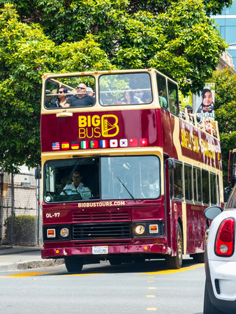 August 10, 2019 San Francisco / CA / USA - Sightseeing tour bus travelling through San Francisco downtown Foto de archivo - 128407276