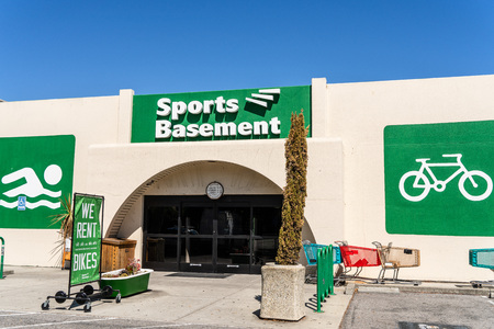 August 7, 2019 Sunnyvale / CA / USA - Sports Basement store located in South San Francisco bay area Standard-Bild - 128407280