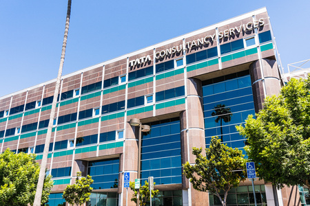 August 7, 2019 Santa Clara / CA / USA - Tata consultancy services ltd. office located in Silicon Valley; TCS is an Indian multinational IT service and consulting company part of the Tata Group Foto de archivo - 128407283
