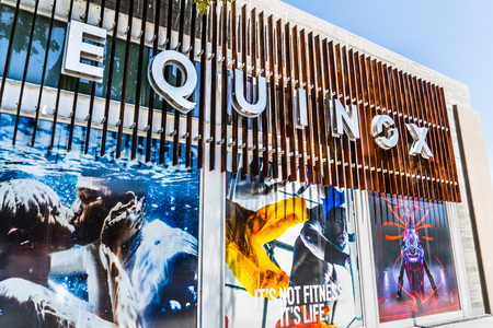 August 8, 2019 Palo Alto / CA / USA - Exterior view of the upscale gym Equinox; Equinox is a subsidiary of Equinox Fitness, an American luxury fitness owned by The Related Companies, L.P. Standard-Bild - 128407285