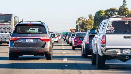 24 okt 2019 Mountain View / CA / VS - Zwaar verkeer op een van de snelwegen die Silicon Valley doorkruisen, de baai van San Francisco;