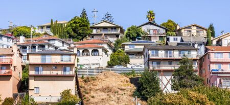 Residential neighborhood with multilevel single family homes, built on a hill in San Leandro, Alameda County, East San Francisco Bay Area Archivio Fotografico