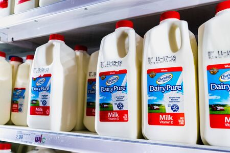 Nov 12, 2019 Sunnyvale / CA / USA - DairyPure milk on shelves in a supermarket; the DairyPure brand is owned by the largest dairy company in the United States, Dean Foods Editoriali